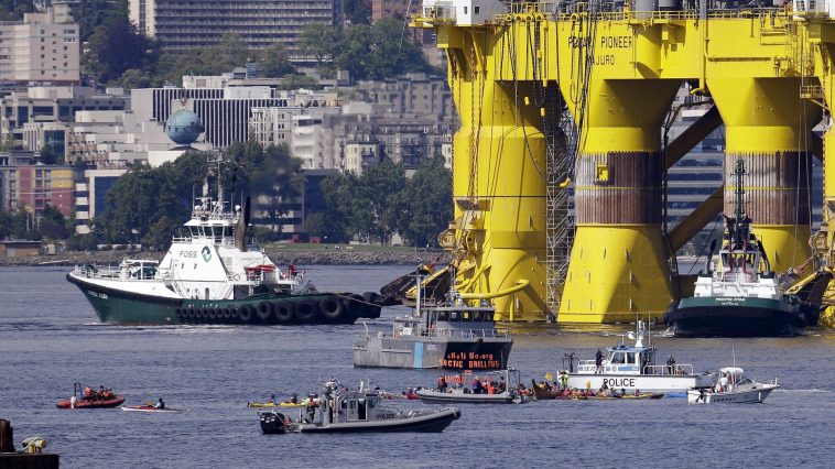 Kayaks and police boats are seen at the foot of Shell's enormous Arctic drilling rig in Elliott Bay